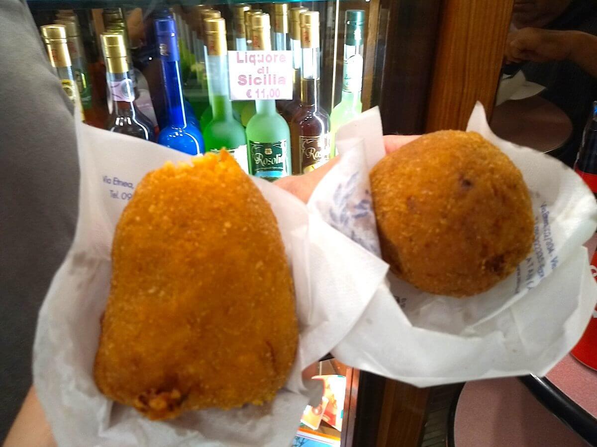 Zwei frittierte Reisbällchen.