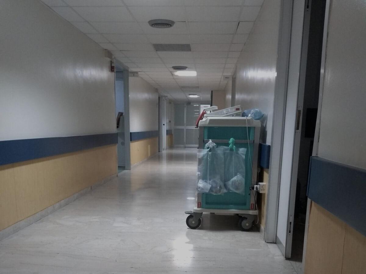 Langer Flur im Krankenhaus.