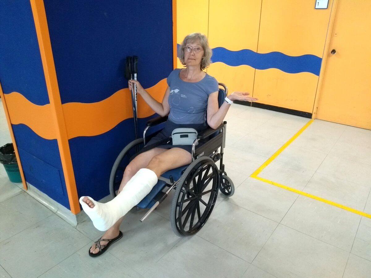 Gina mit Gipsbein im Rollstuhl.