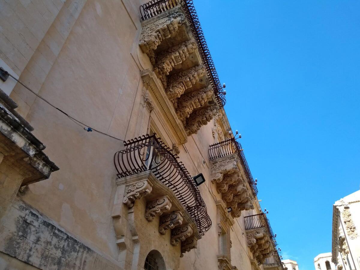 Fassade mit Barockbalkonen.