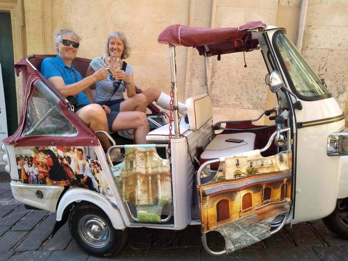 Marcus und Gina im Ape-Tuktuk.