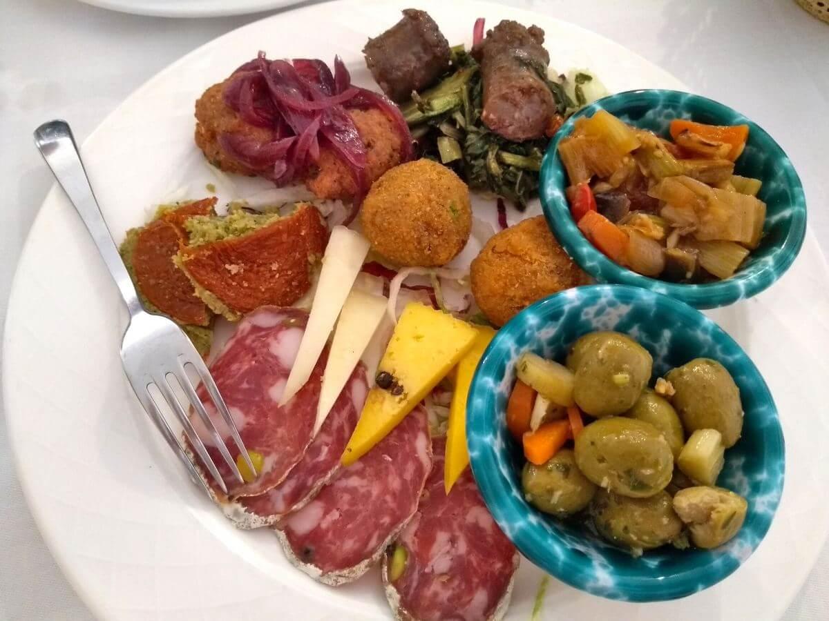 Antipasti-Teller mit Salami, Käse, Oliven.