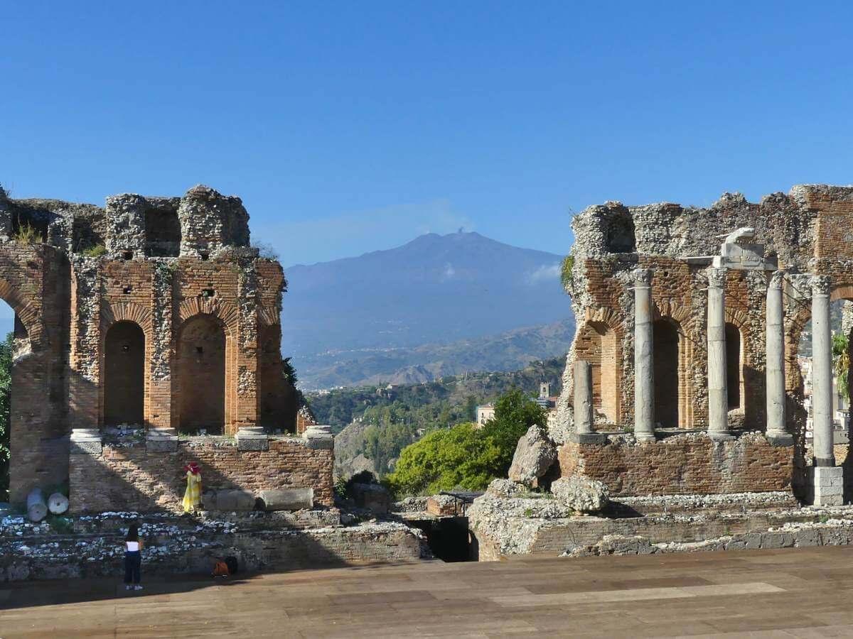 Ruinen des antiken Theaters, dahinter der Ätna.