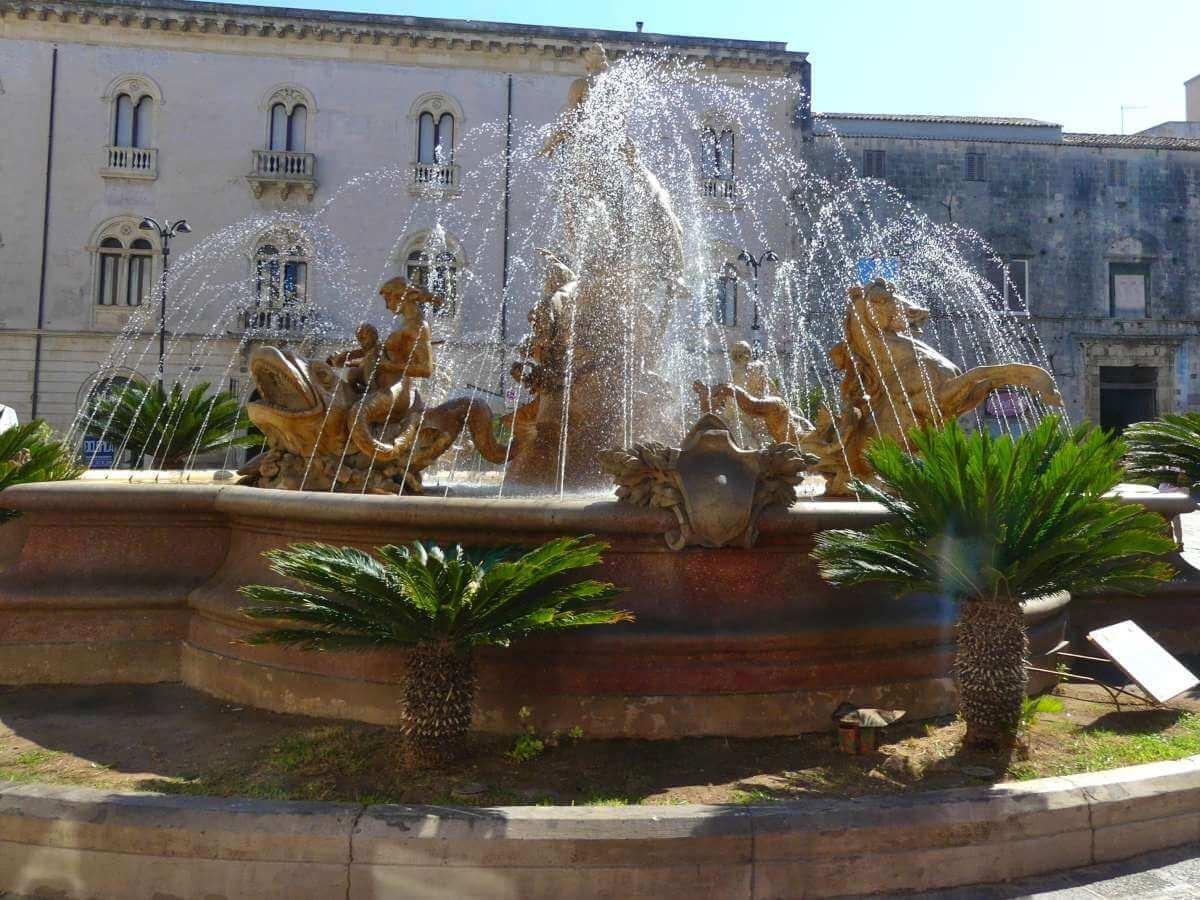 Barocker Springbrunnen in Siracusa.