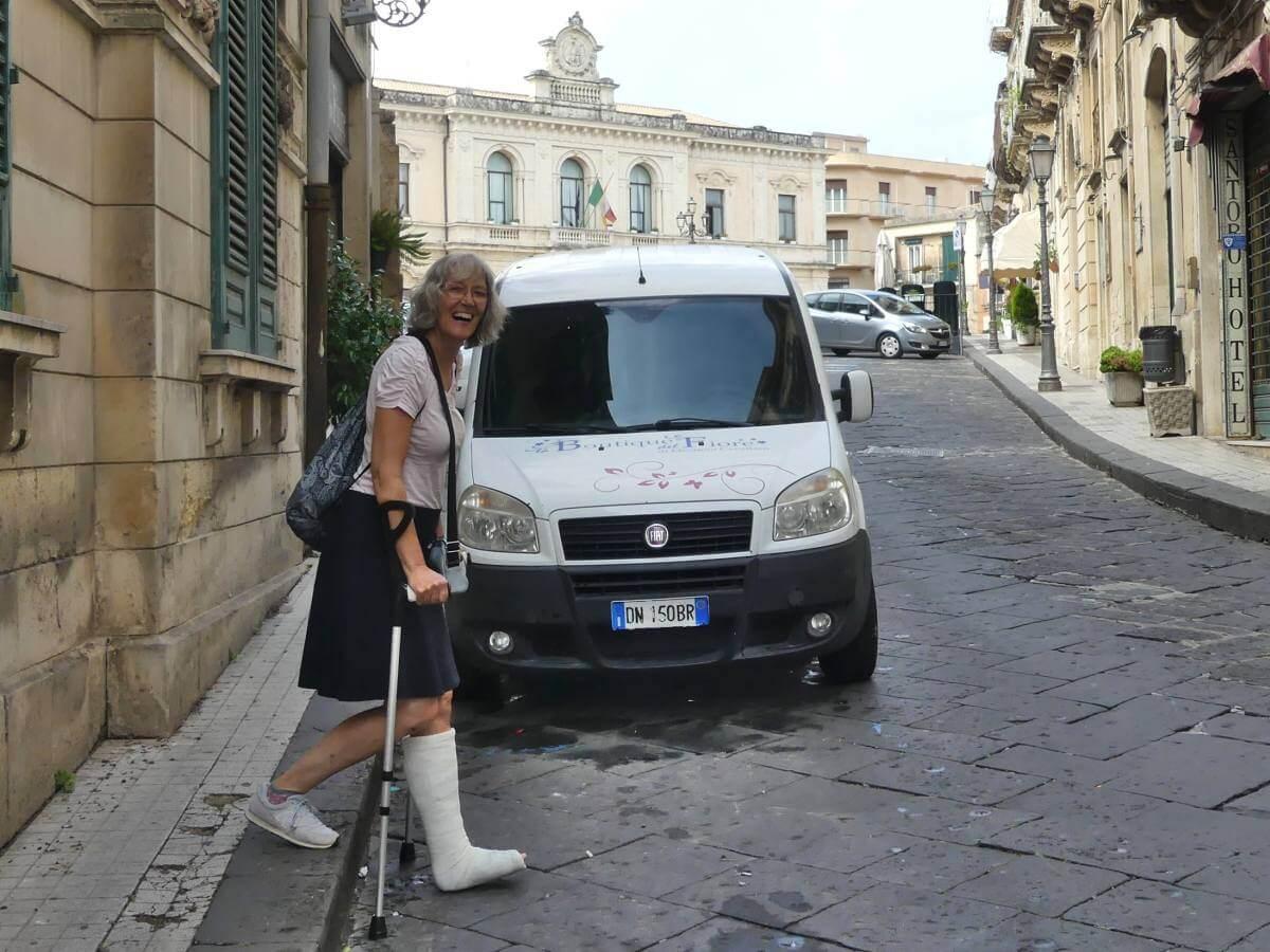 Gina auf Krücken beim Betreten der Straße.