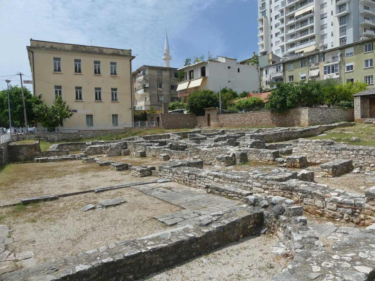 Ausgrabungsstätte mit niedrigen Mauerresten.