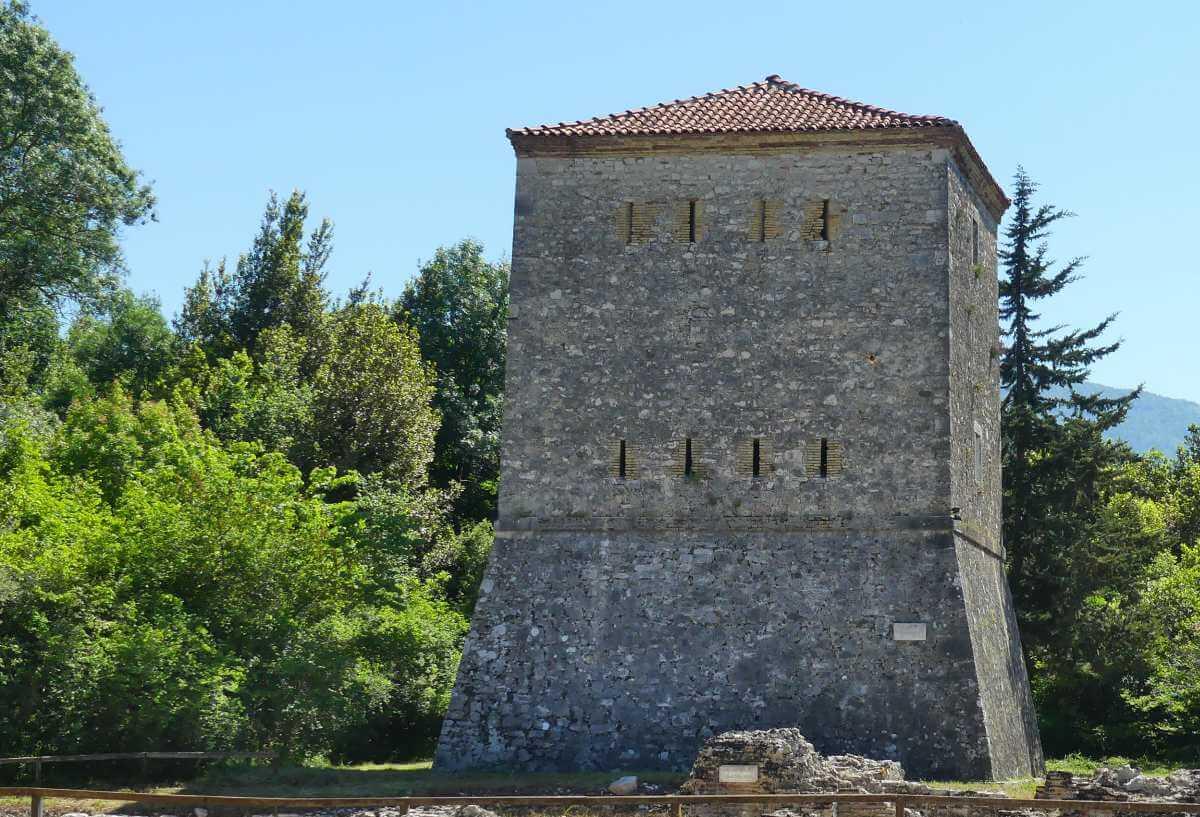 Rechteckiger, massiver Turm in Butrint.