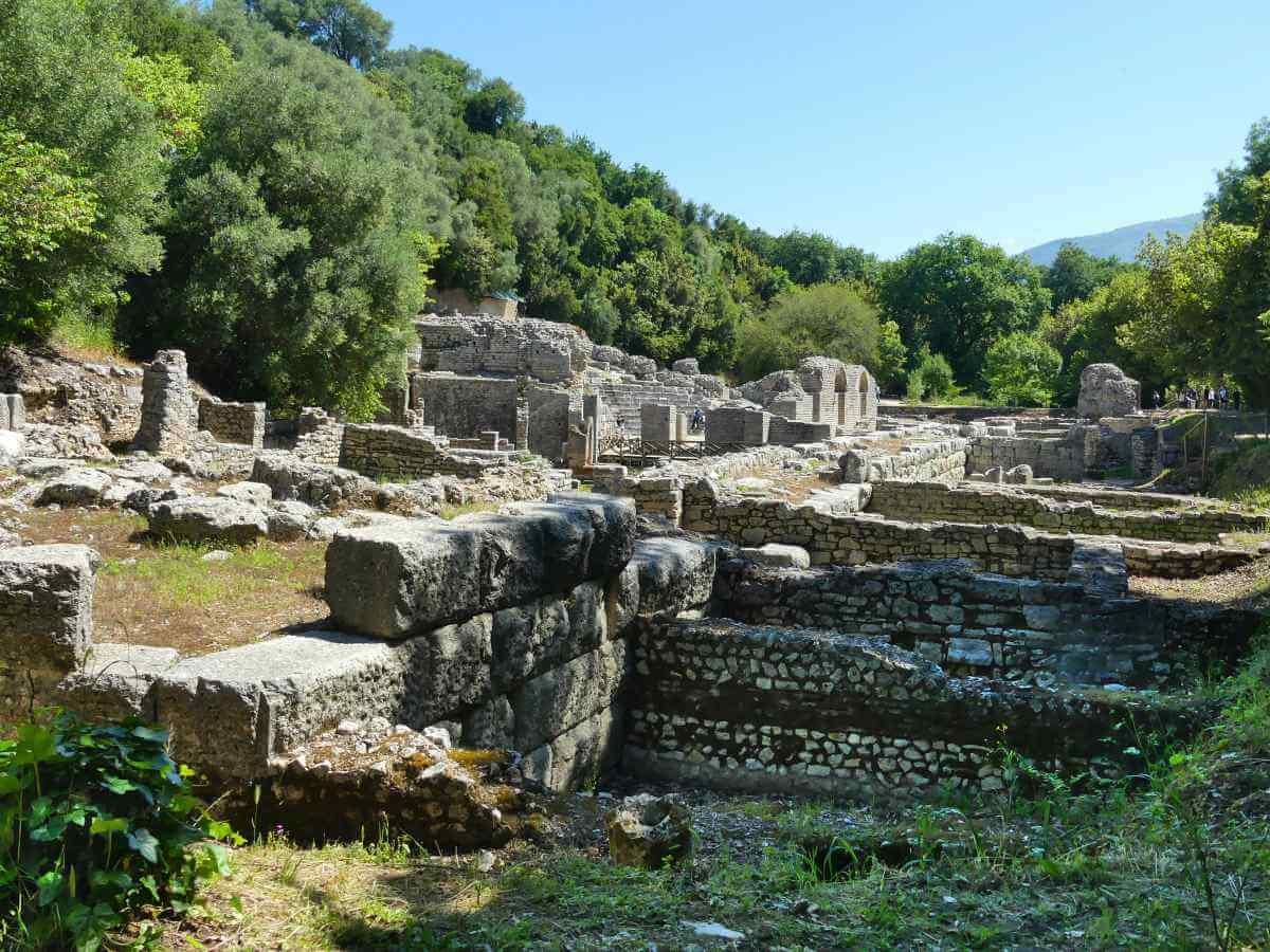 Mauern von römischen Ausgrabungen im grünen Gelände.