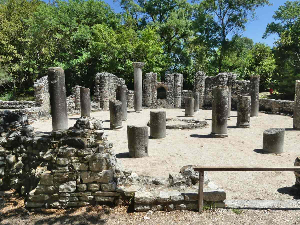 Runde Fläche mit Säulenresten.