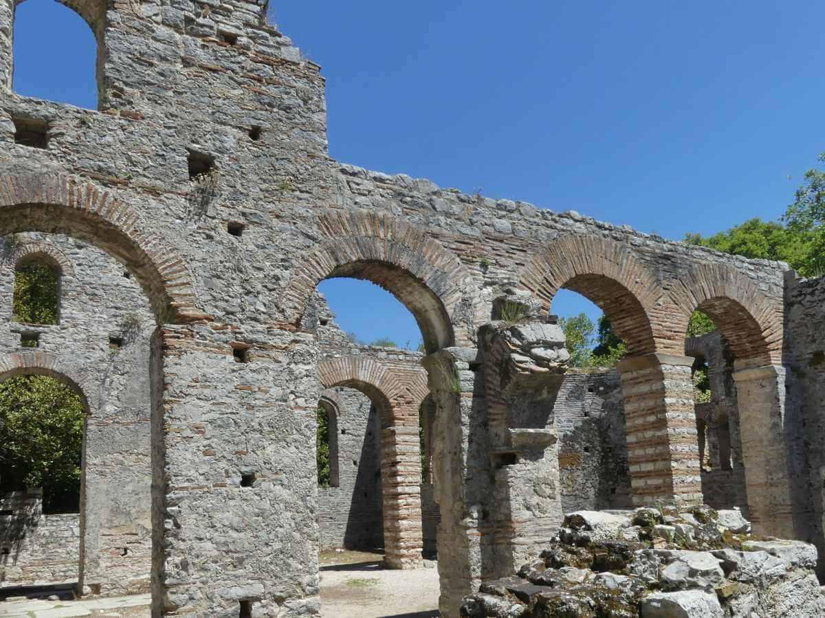 Wand mit runden Steinbögen der Kirche von Butrint.