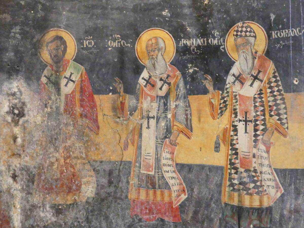 Wandfresken zeigen drei Heilige.