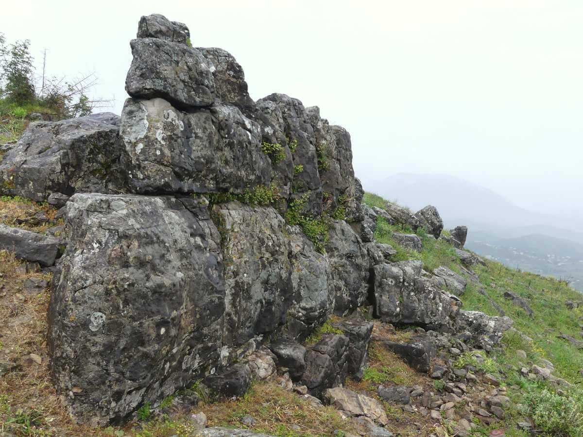 Alte Mauer mit großen Steinquadern in Phoenike.