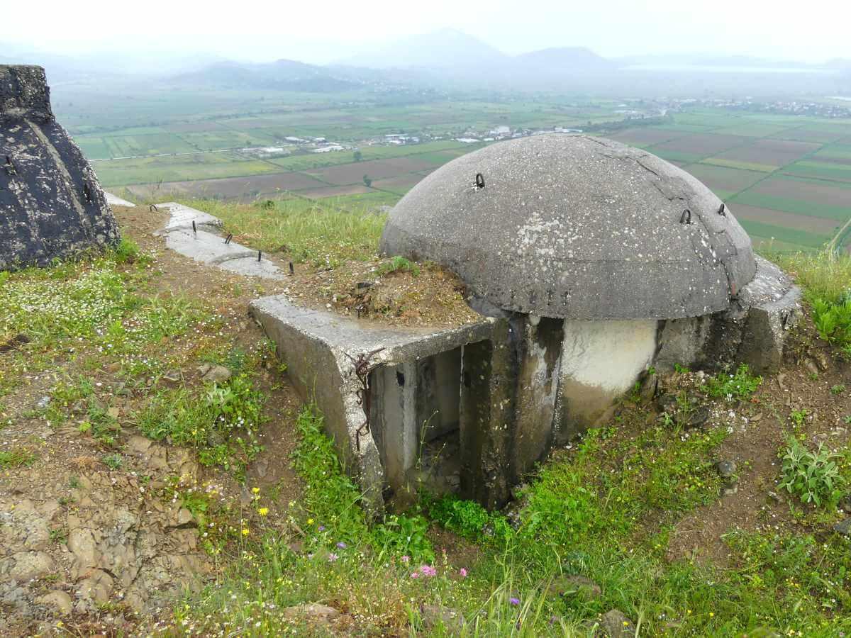 Kleiner, pilzförmiger Betonbunker.