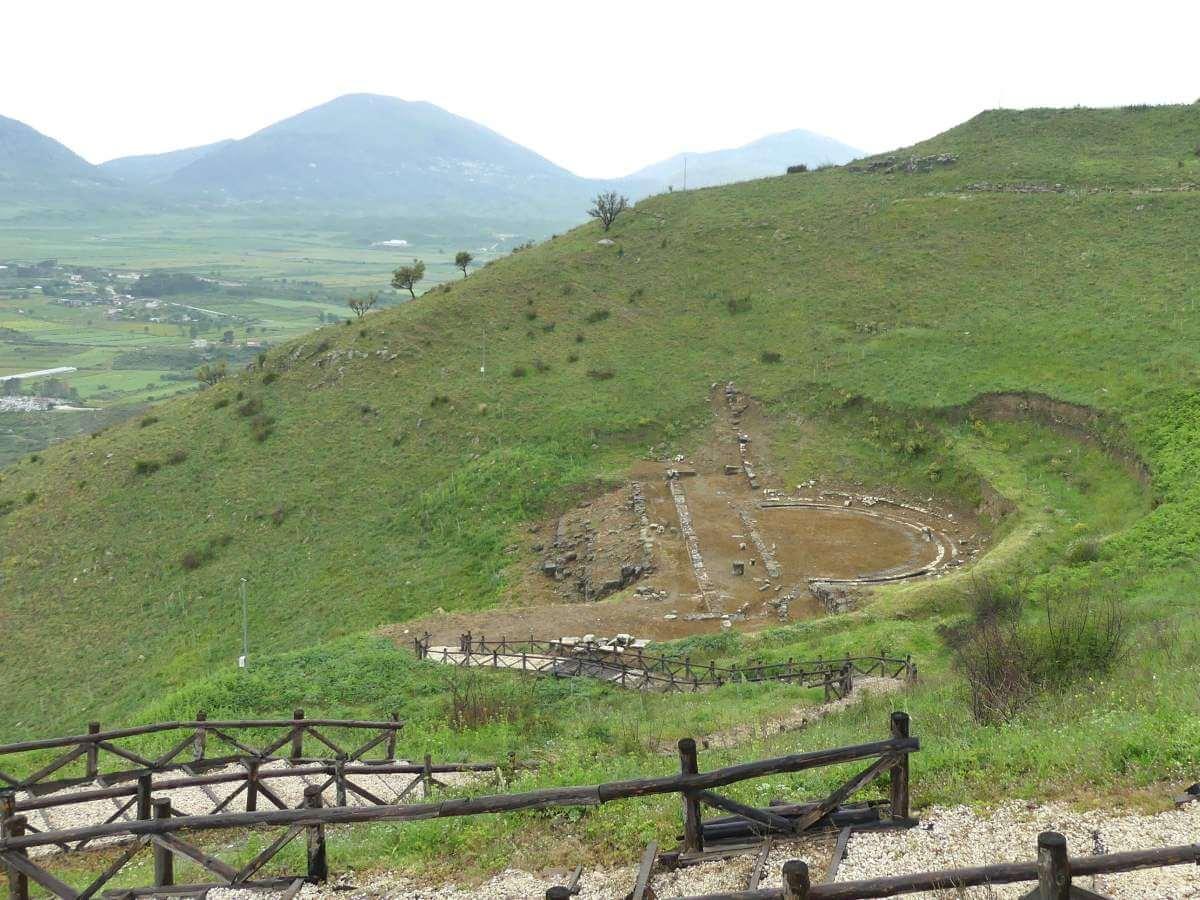 Amphitheater-Reste in einem grünen Hang.