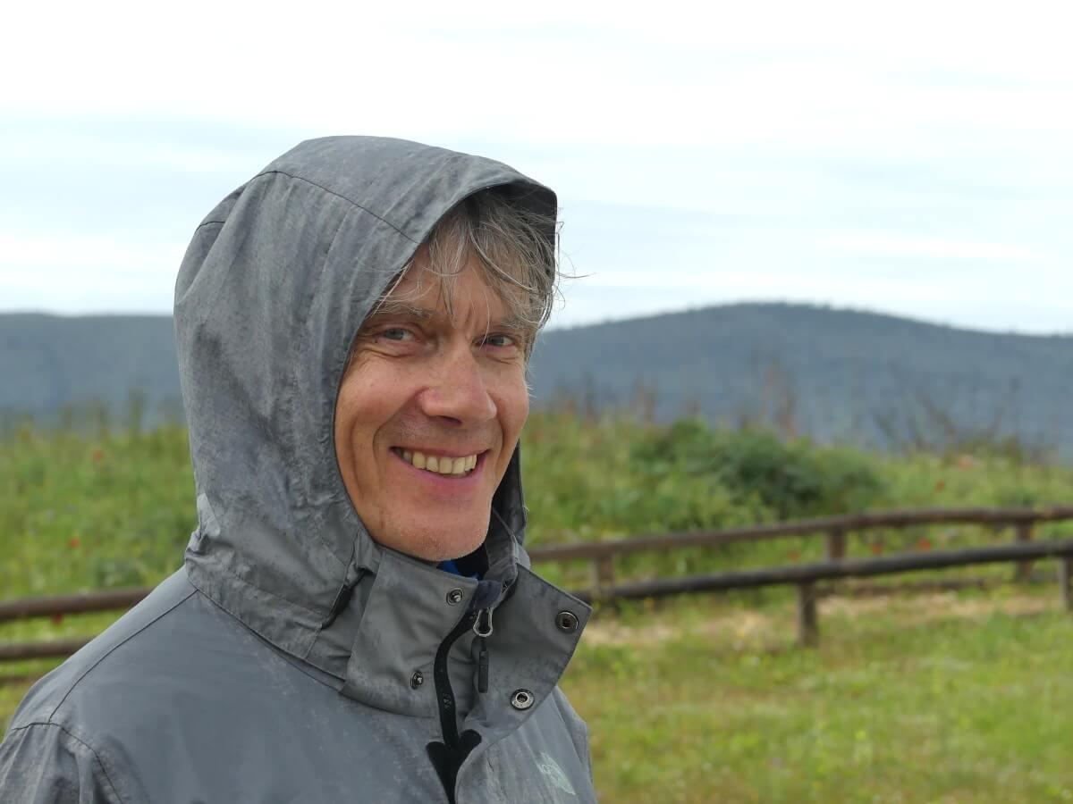 Marcus mit Kapuze im Regen.