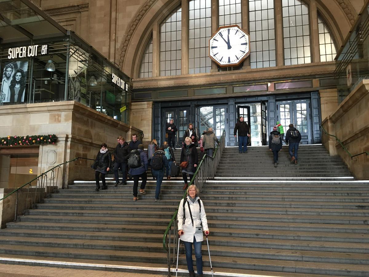 Gina an der Treppe im Bahnhof Leipzig.