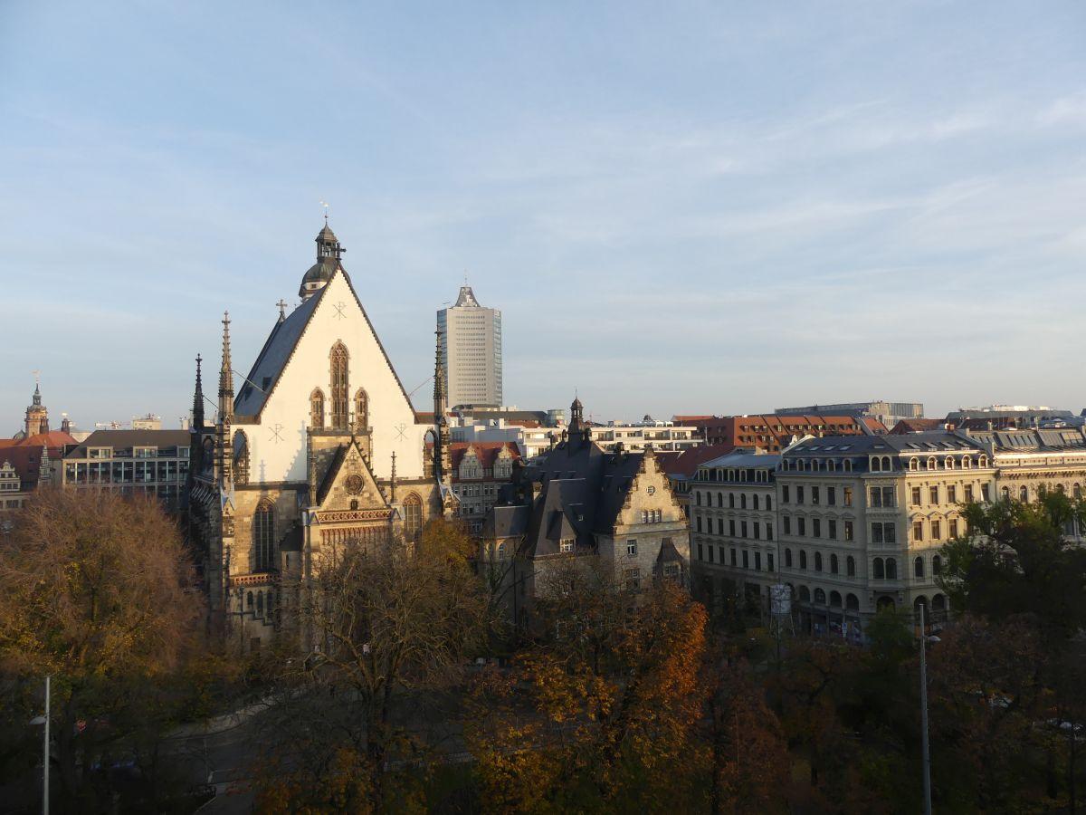 Blick von der Dachterrasse auf die Thomaskirche.