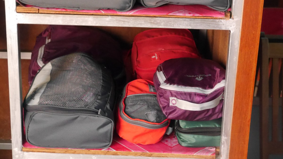 Packwürfel im Schrank gestapelt.
