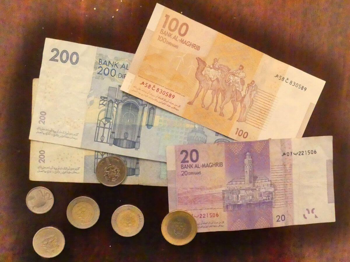 Marokkanische Geldscheine und Münzen.