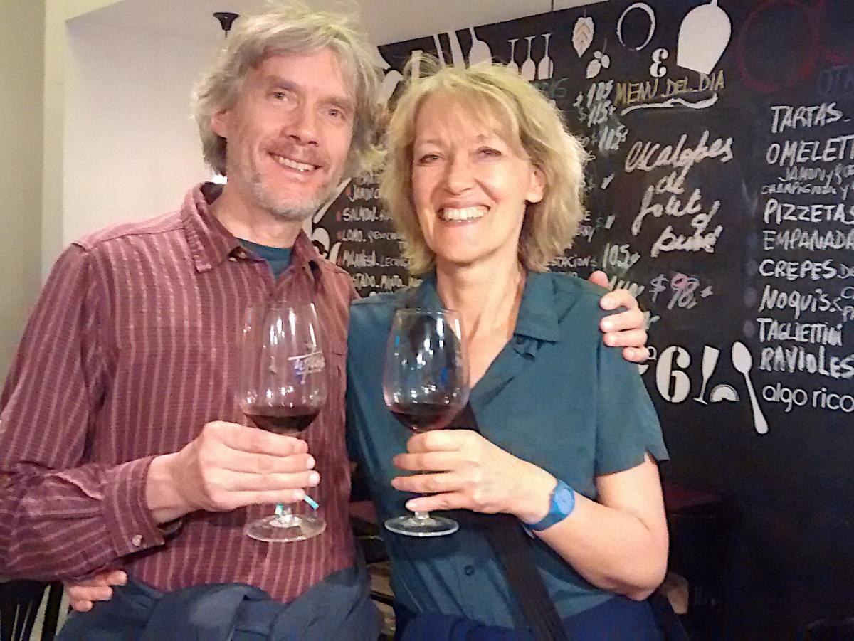 Marcus und Gina mit Weingläsern in der Hand.