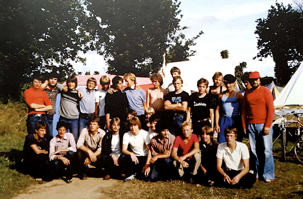 Gruppe von jungen Männern im Zeltlager.