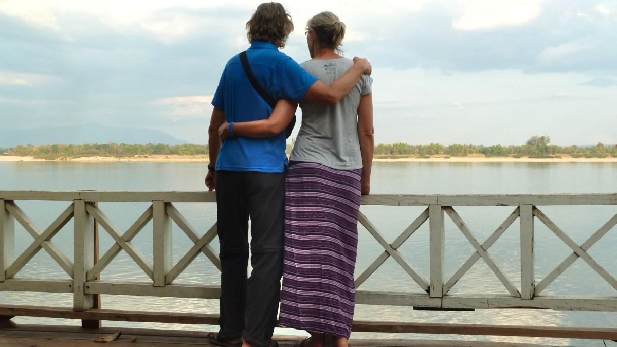 Gina und Marcus blicken auf einen breiten Fluss.