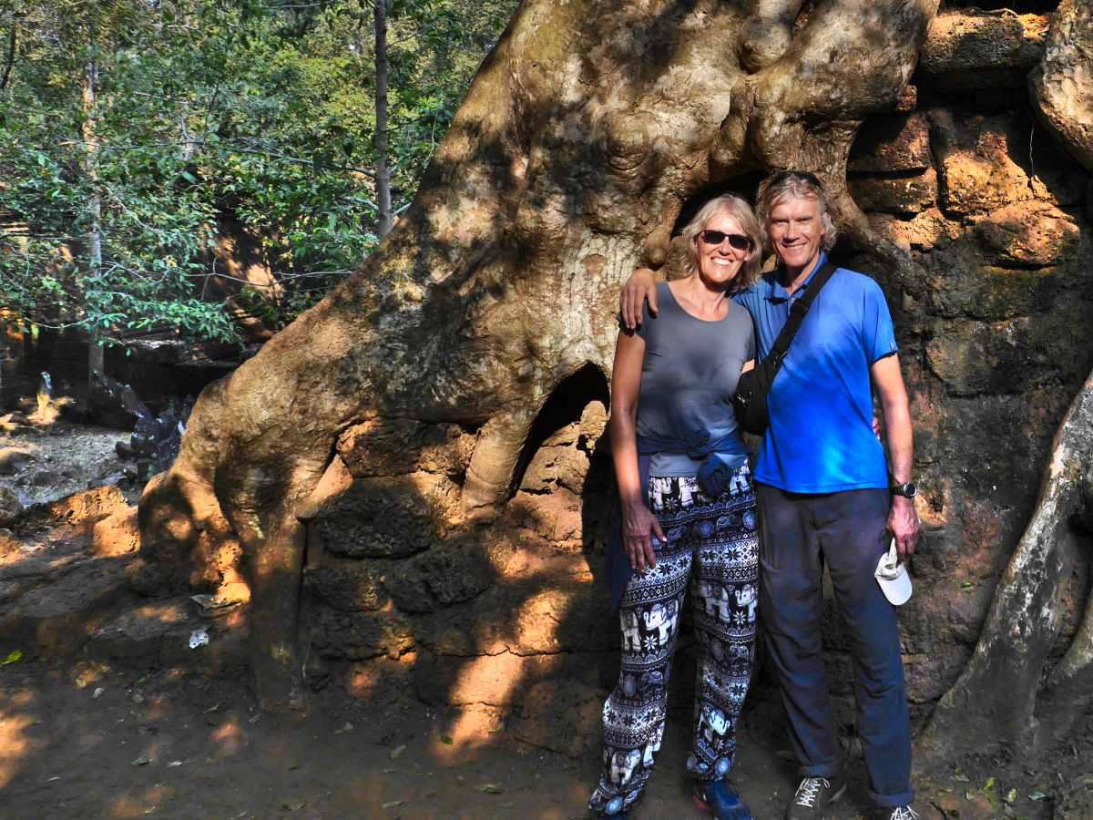 Gina und Marcus stehen vor einem riesigen Dschungelbaum.