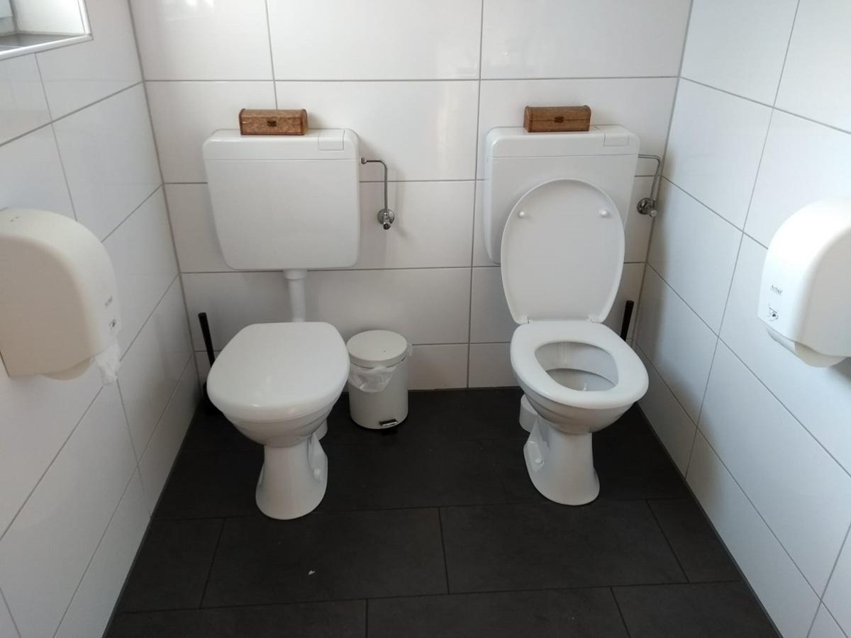 2 Toiletten in einer Kabine.