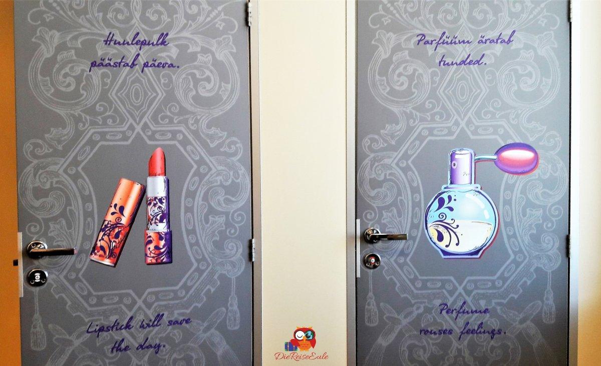 Toiletten-Türen mit bunten Verzierungen.