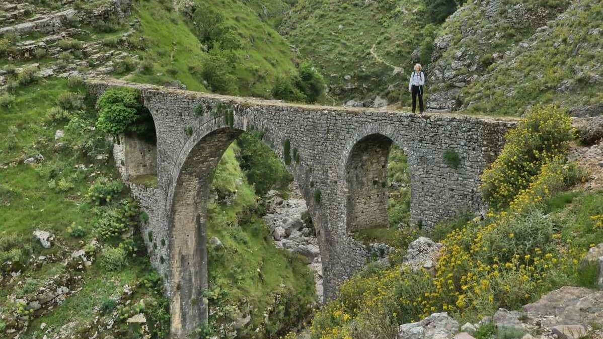 Brücke mit drei hohen Bögen.