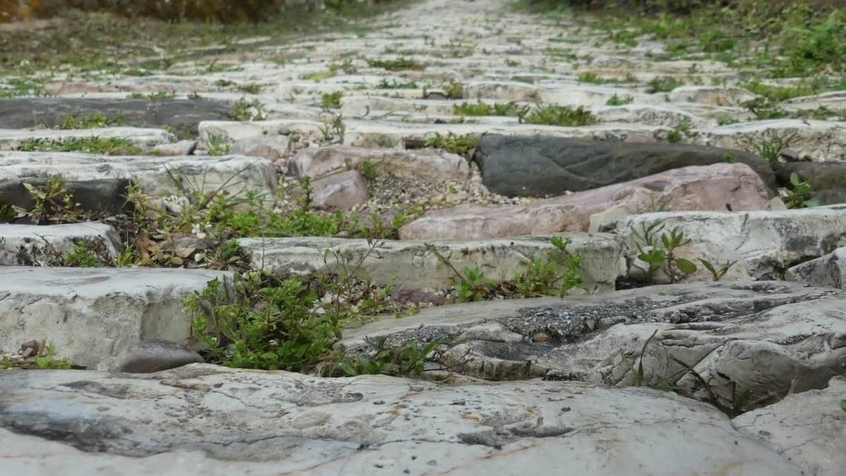 Grobe Pflastersteine auf steiler Gasse.