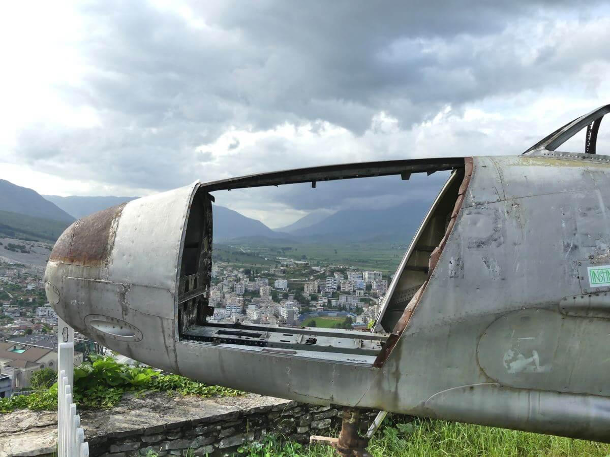 Flugzeugwrack auf der Burg von Gjirokastra.