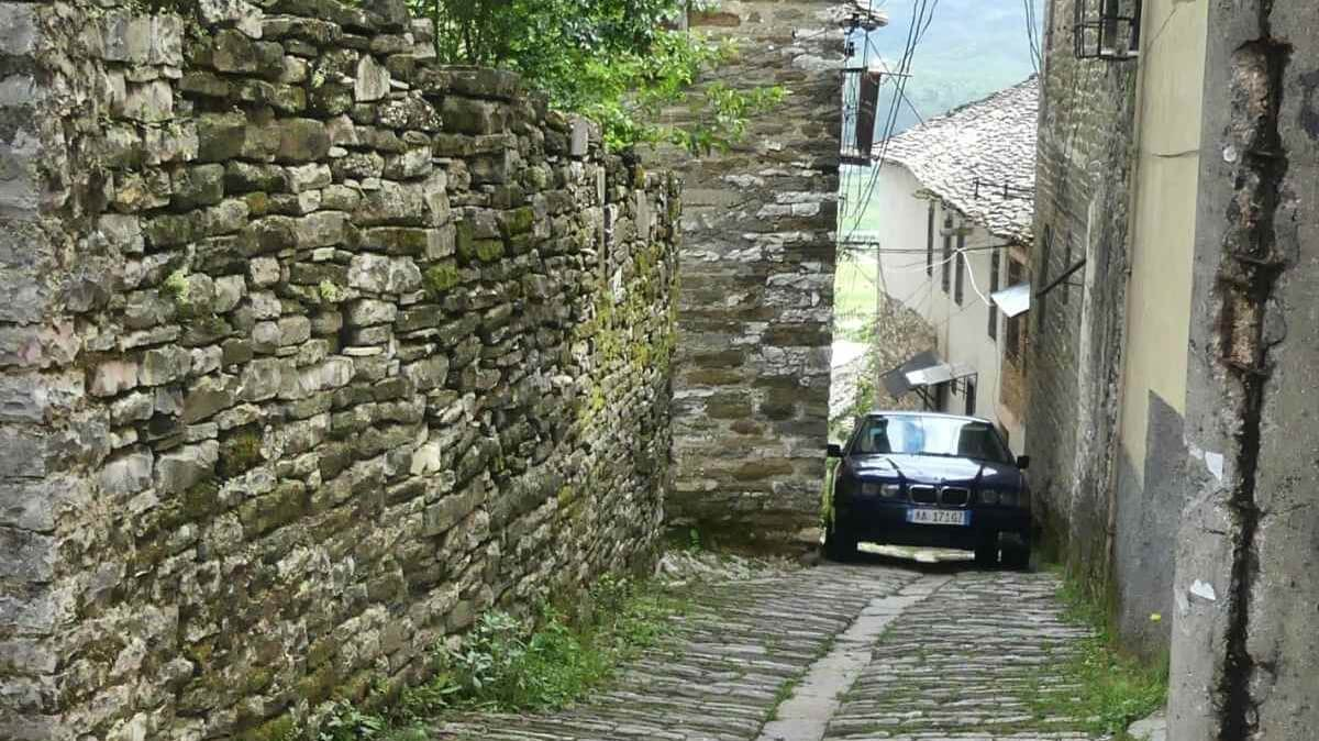 BMW in enger Gasse.