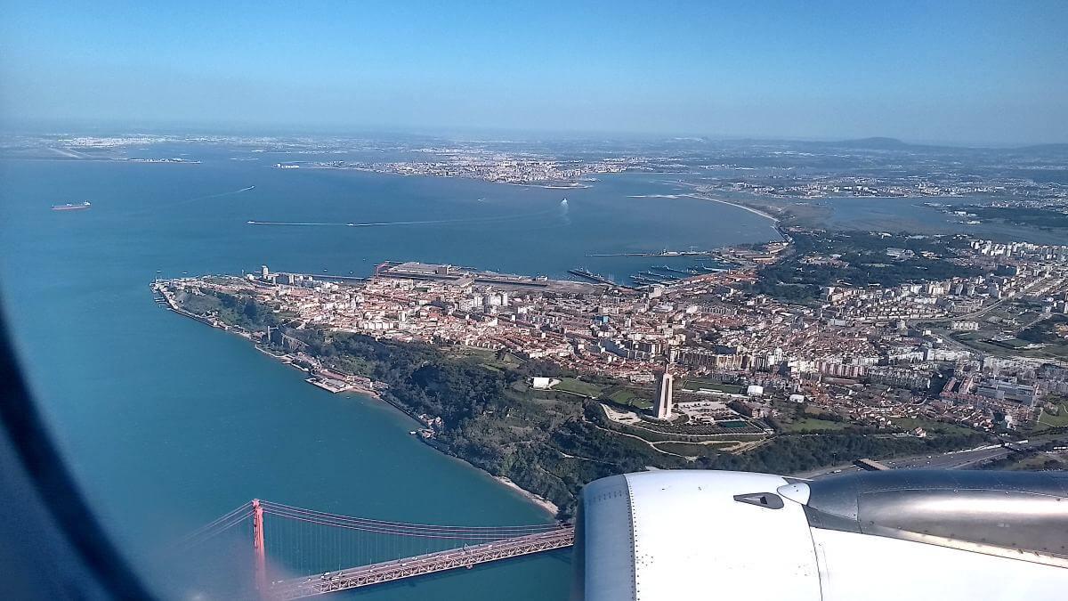 Blick aus dem Flugzeug auf Tejo und Lissabon.