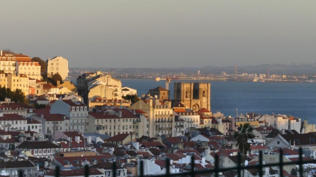 Blick über Lissabon mit Kathedrale.