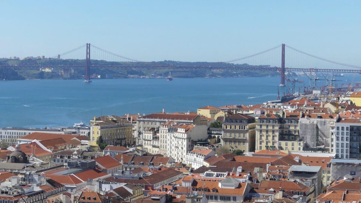 Ausblick über Lissabons Zentrum bis zur Tejo-Brücke.