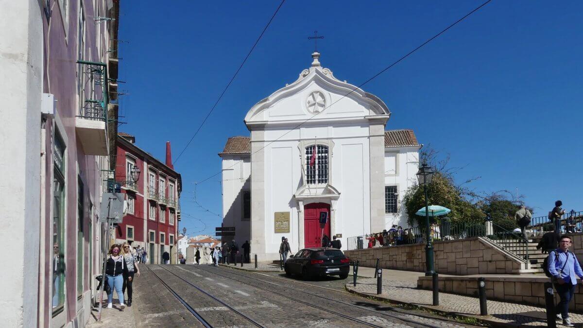Weiße kleine Kirche in Lissabon.
