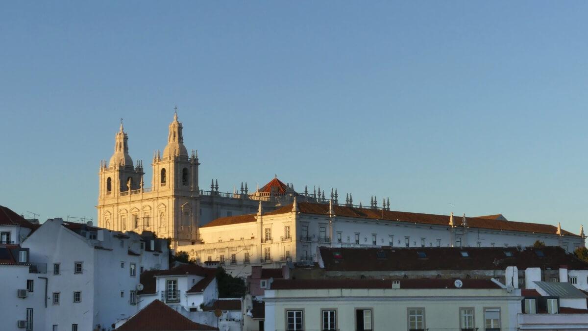 Große Kirche auf einem Hügel im Abendlicht.
