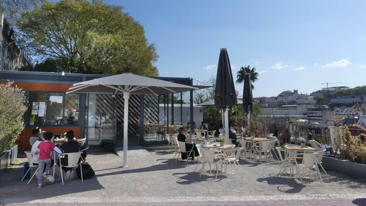 Cafe mit Tischen auf der Terrasse.
