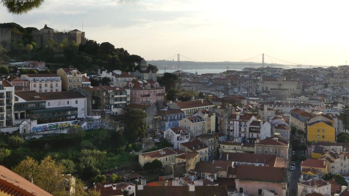 Blick über das abendliche Lissabon.