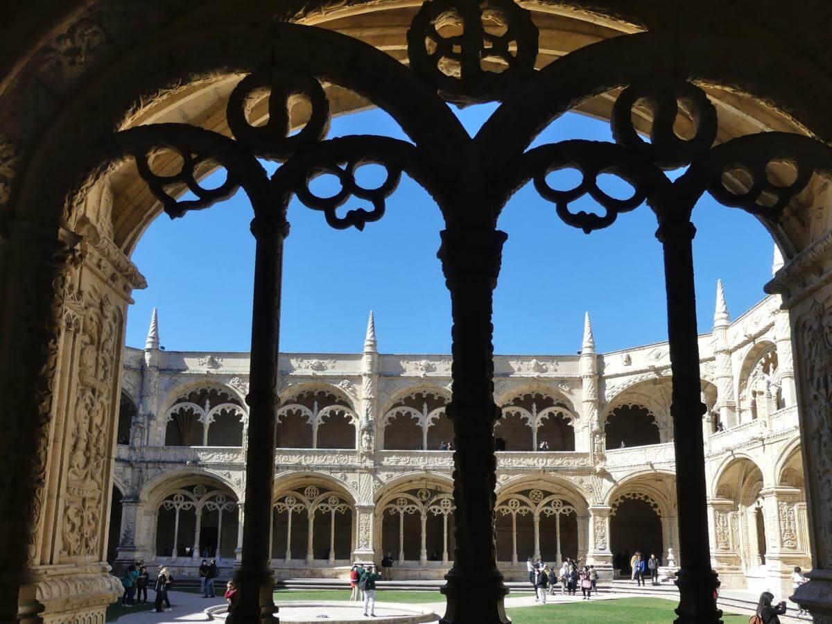 Blick durch verzierte Säulen in den Innenhof des Klosters.