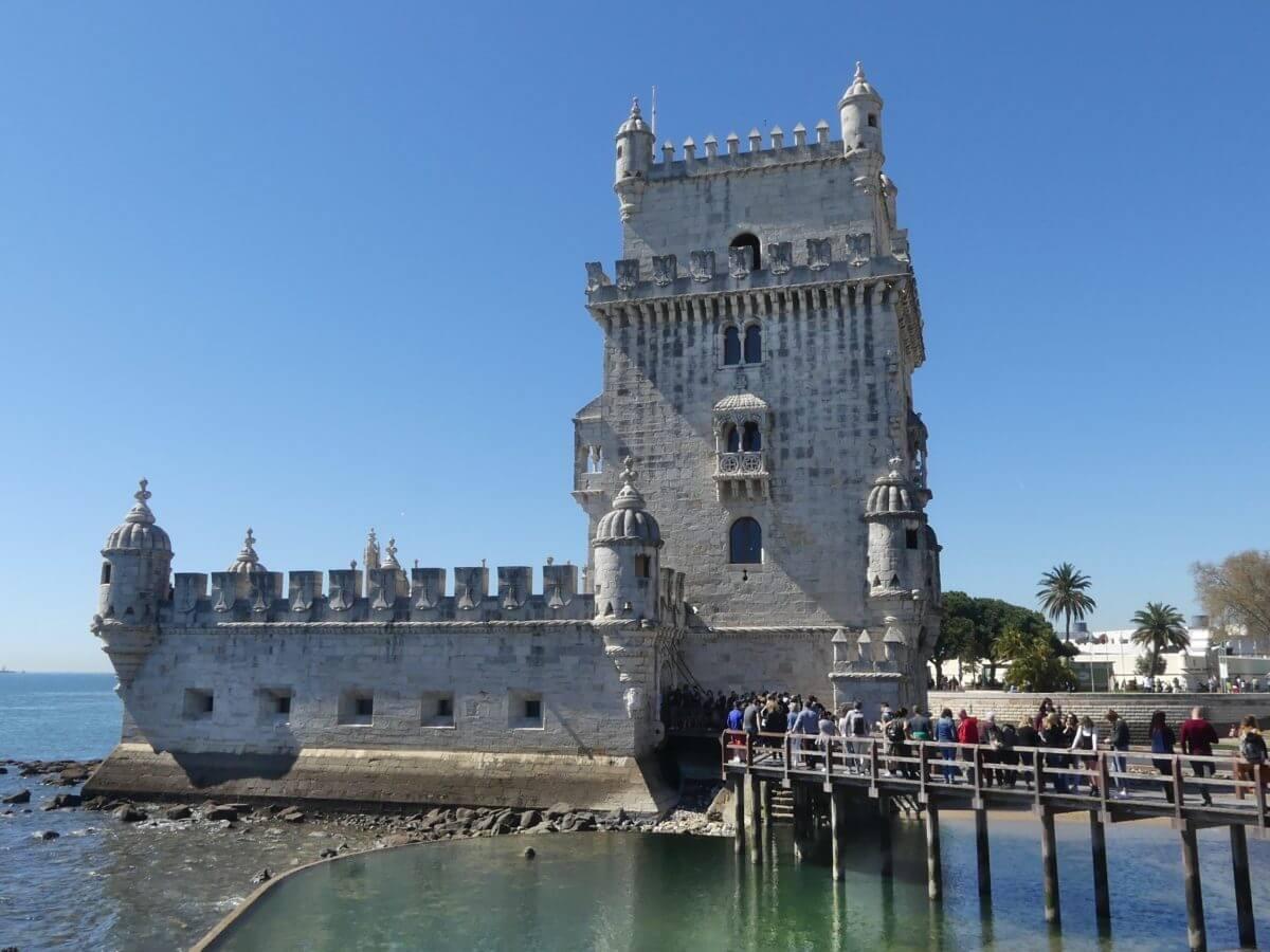 Quadratischer Turm aus hellem Stein.