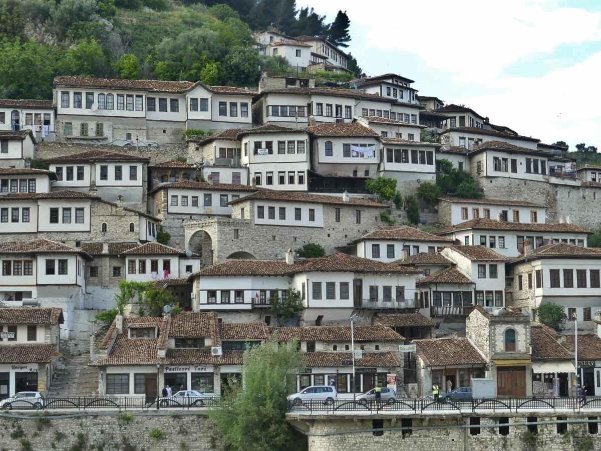 Flache Häuser mit langen Fensterreihen.