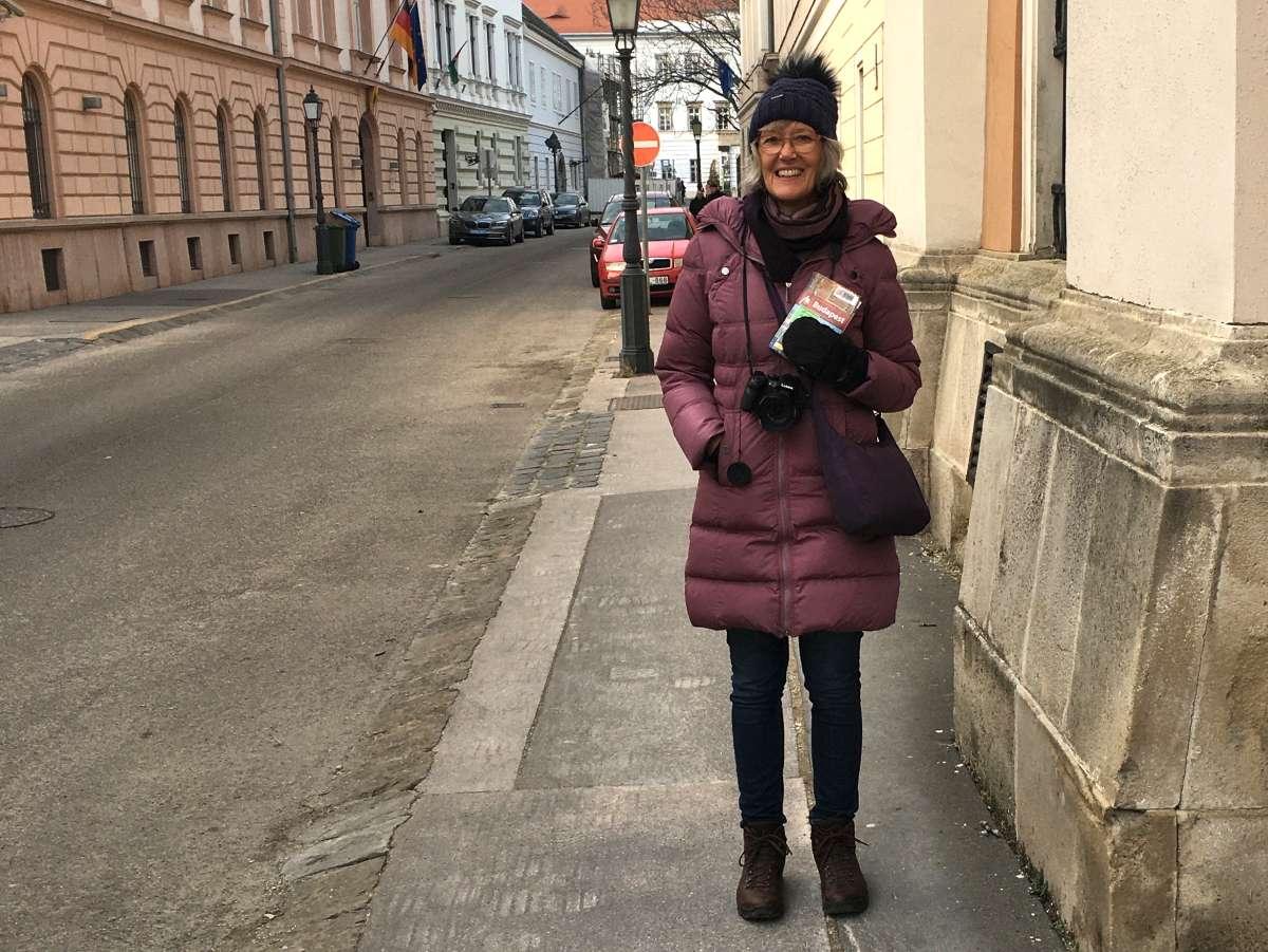 Gina mit Handschuhen und Reiseführer.