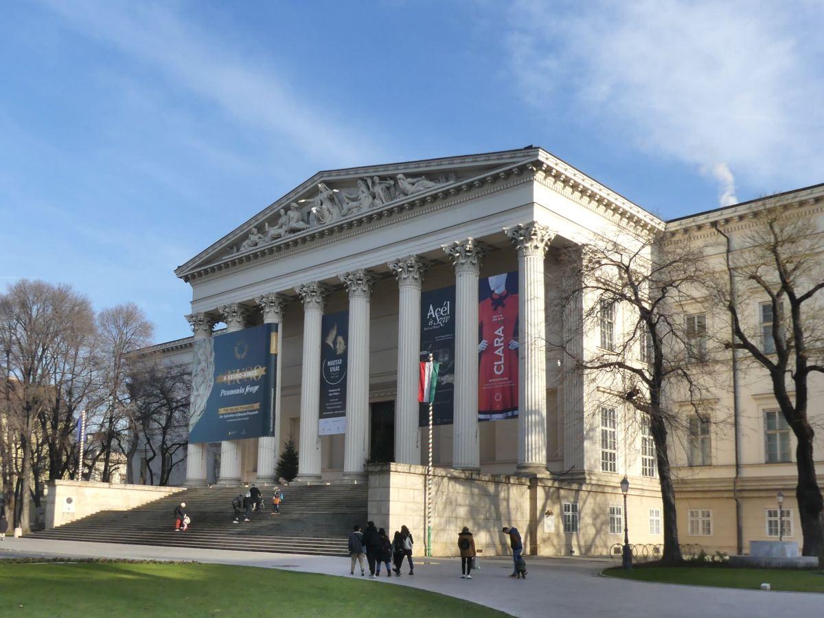 Klassizistische Front eines Museums.