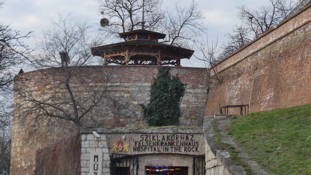 Burgmauer, darunter Eingang zum Felsenkrankenhaus.