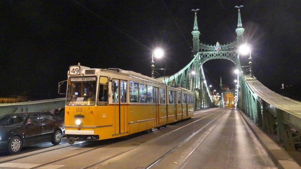 Straßenbahn auf der Freiheitsbrücke in Budapest.