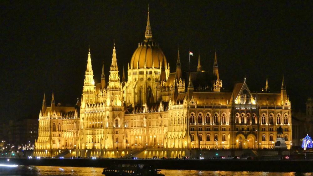 Das beleuchtete Parlamentsgebäude.