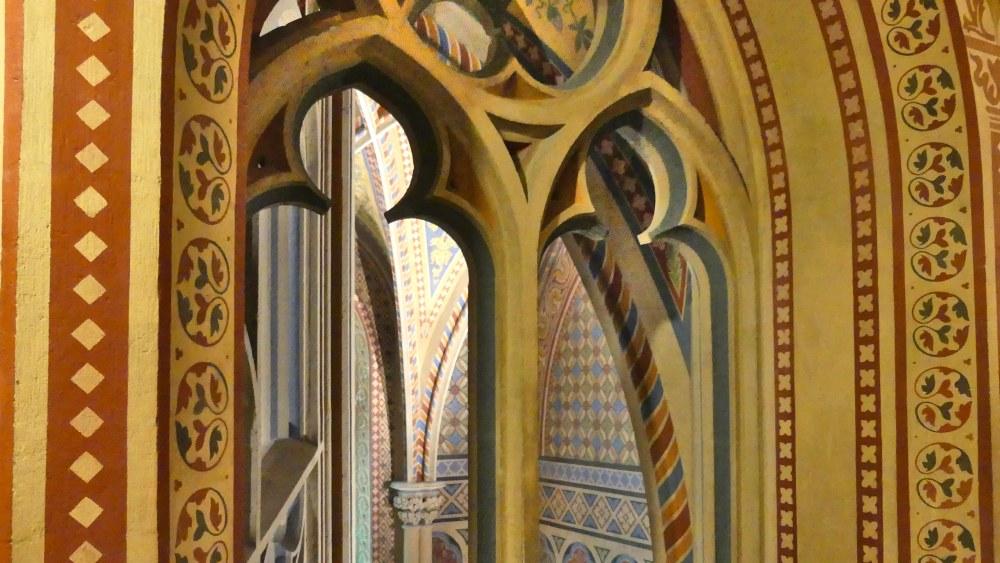 Bunte gotische Bögen in der Matthiaskirche.