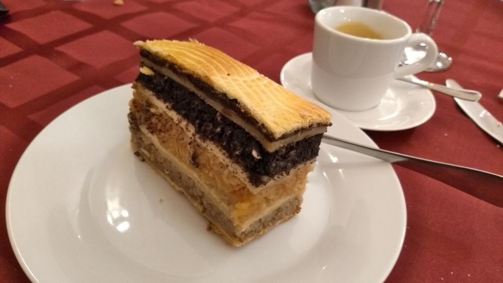 Ein rechteckiges Kuchenstück auf dem Teller.